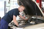 Fotografie lächelnd Mechaniker arbeiten am Auto