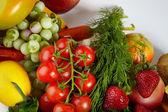 fotografie stolní deska plná čerstvé zeleniny, ovoce a další