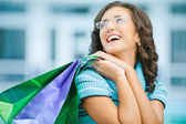 Frau mit Einkäufen im Geschäft