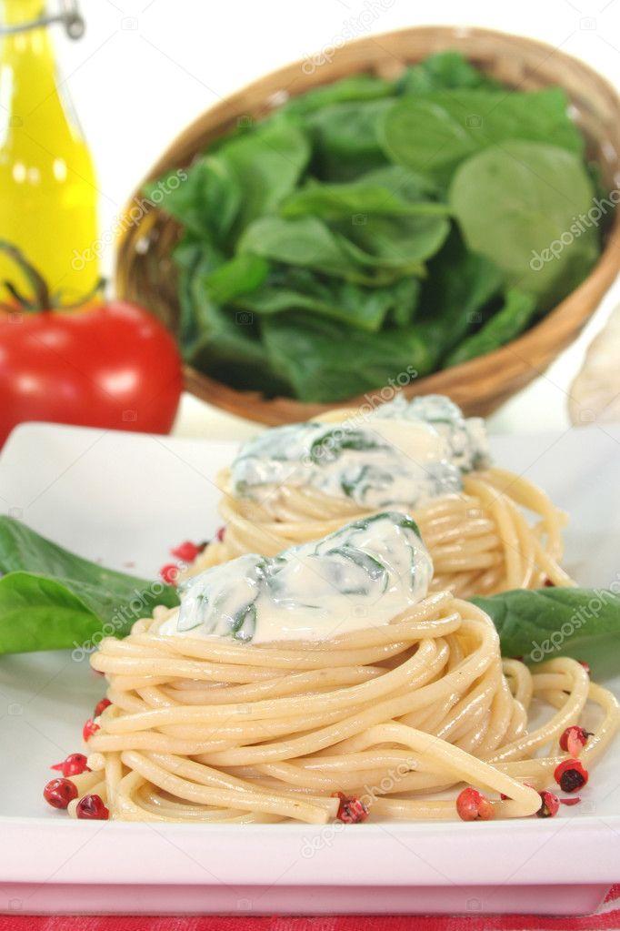 μακαρόνια με σάλτσα τυριού και σπανάκι — Φωτογραφία Αρχείου ... 040e5169434
