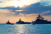 řada vojenských lodí