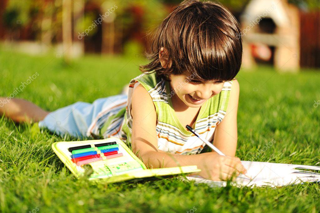 Joven Al Aire Libre En La Hierba Leyendo Un Libro