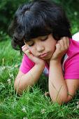 dívka na trávě