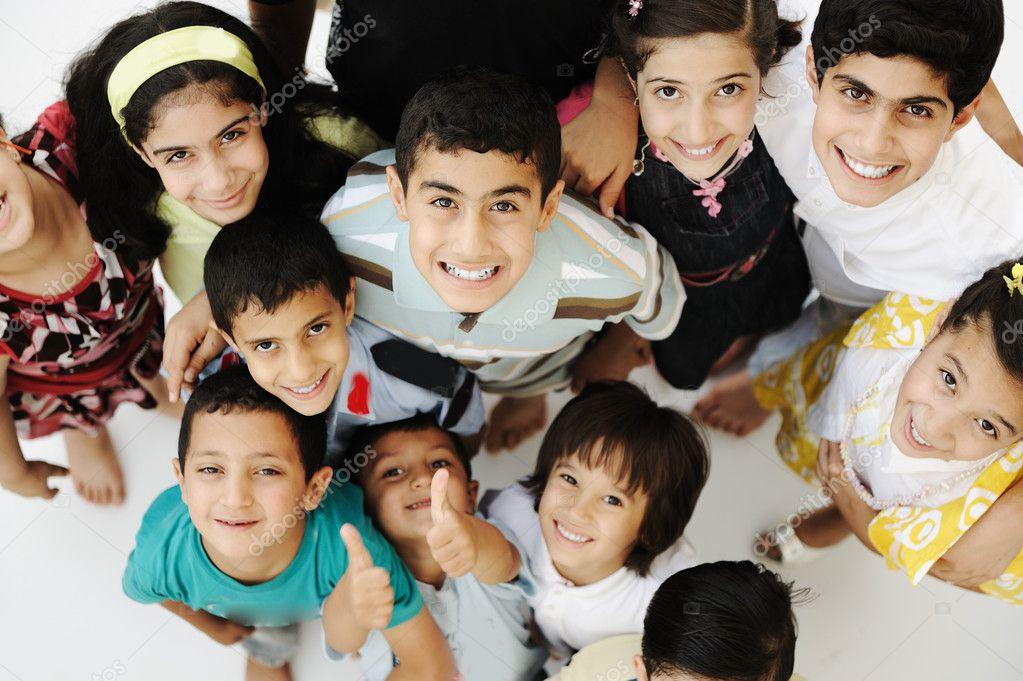 Imagenes De Niños De Distintas Razas: Grupo Grande De Niños Felices, Diferentes Edades Y Razas