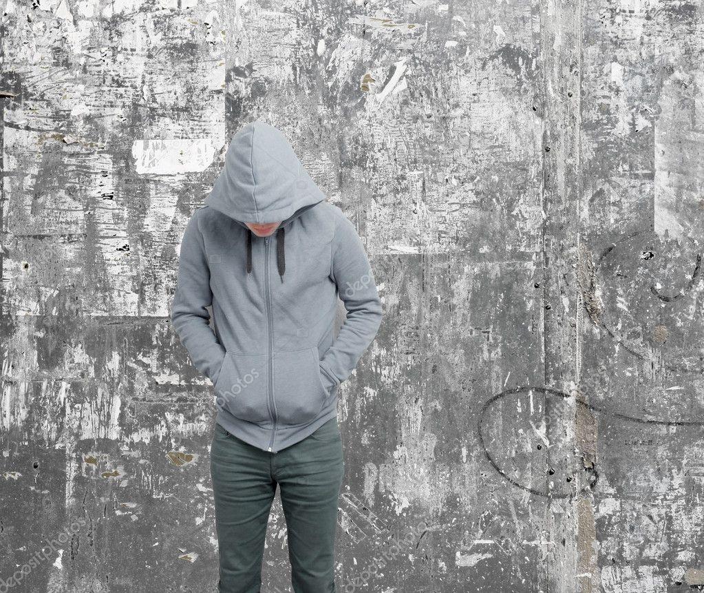 Пацан в капюшоне без лица зимой
