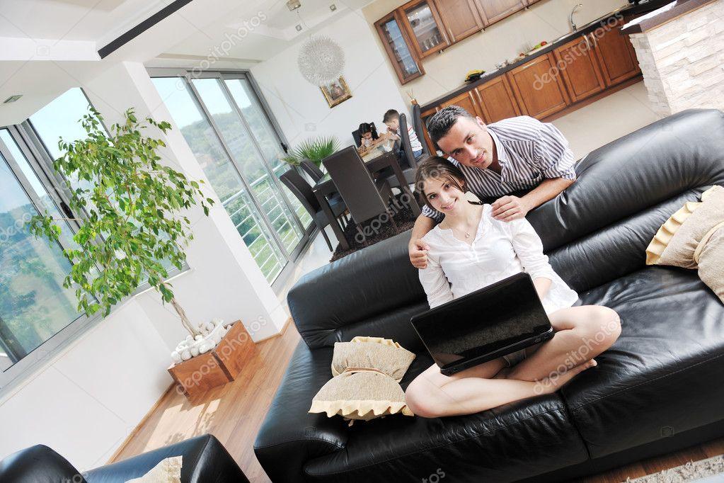в отсутствии мужа жена весело проводит время раздвигает ноги