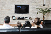 šťastný, mladá rodina pobavit a pracují na notebooku doma