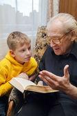 Fotografie Großvater seinem Enkel lesen