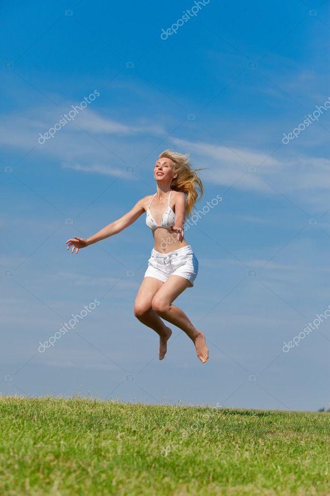 женщина прыгает на ручке скоростей