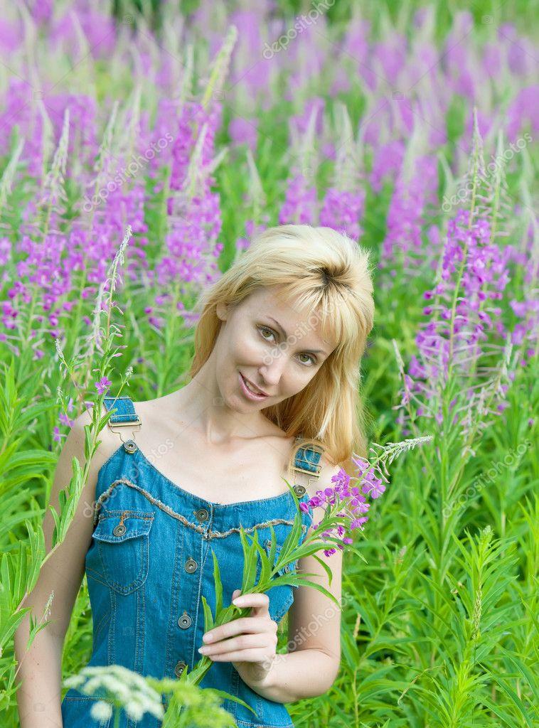 Ritratto di giovane donna felice tra i fiori che sbocciano for Fiori che sbocciano
