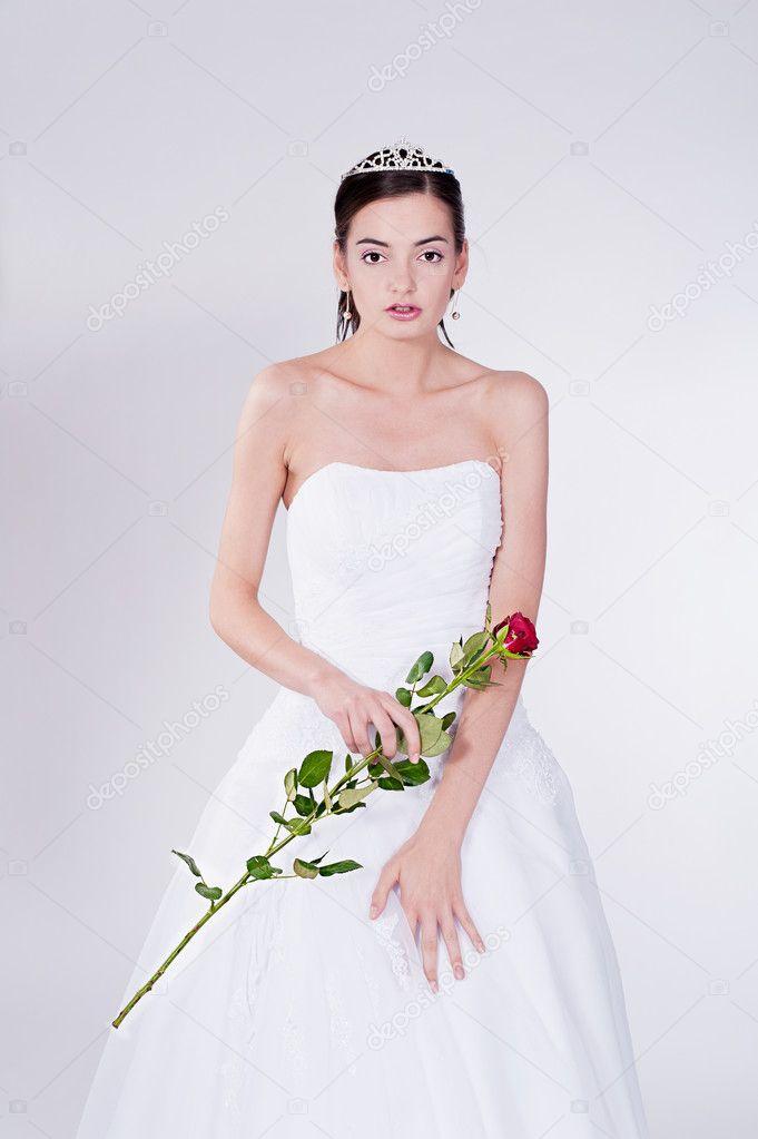 mujer en vestido de novia con rosa roja — fotos de stock © rlat28