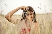 ragazza bruna con telecamera allaperto