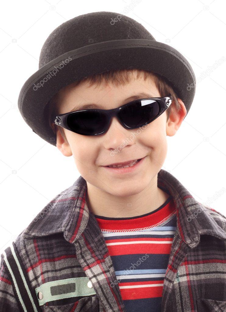 f60103936 menino com chapéu e óculos de sol — Fotografias de Stock © AlexKosev ...