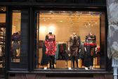 Fényképek mannequins öltözött Boutique ablak