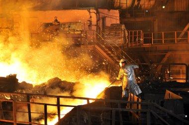 erimiş sıcak çelik dökme ve işçi