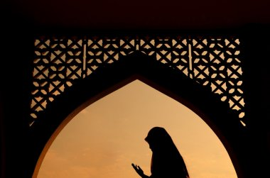 Silhoutte of muslim woman praying