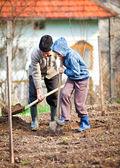 Fotografie Landwirt mit Enkel im Garten