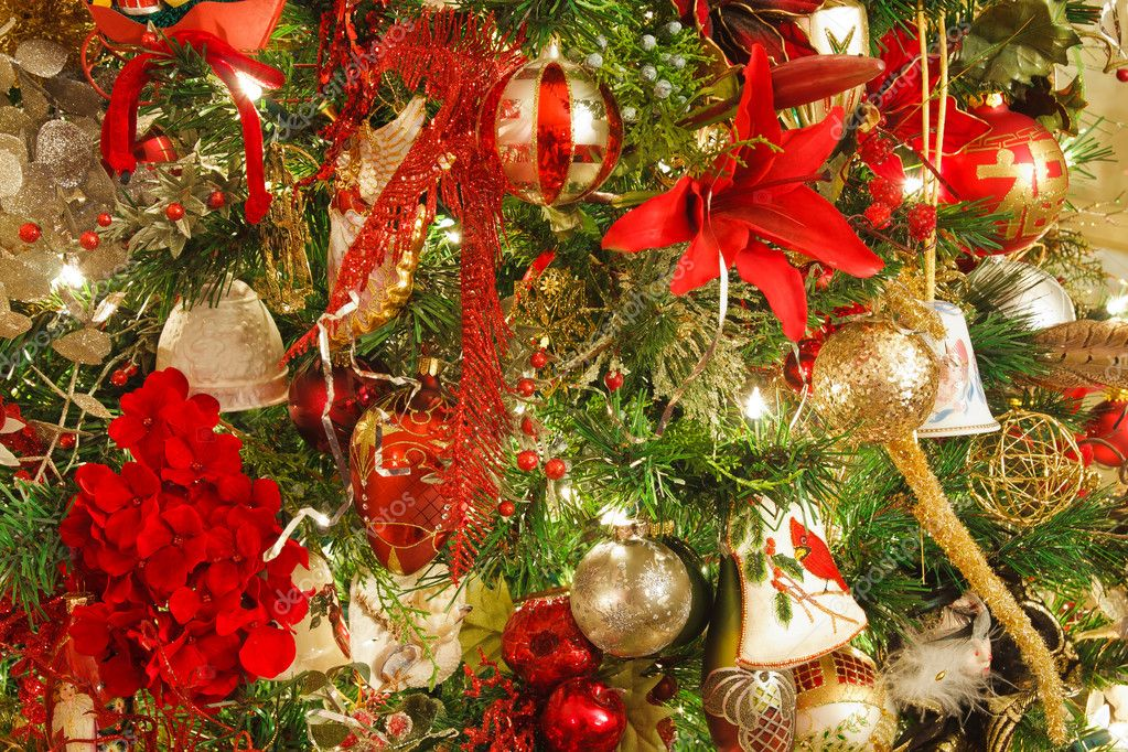 Decoraciones de navidad rojo y dorado en un rbol casero - Arboles de navidad dorados ...