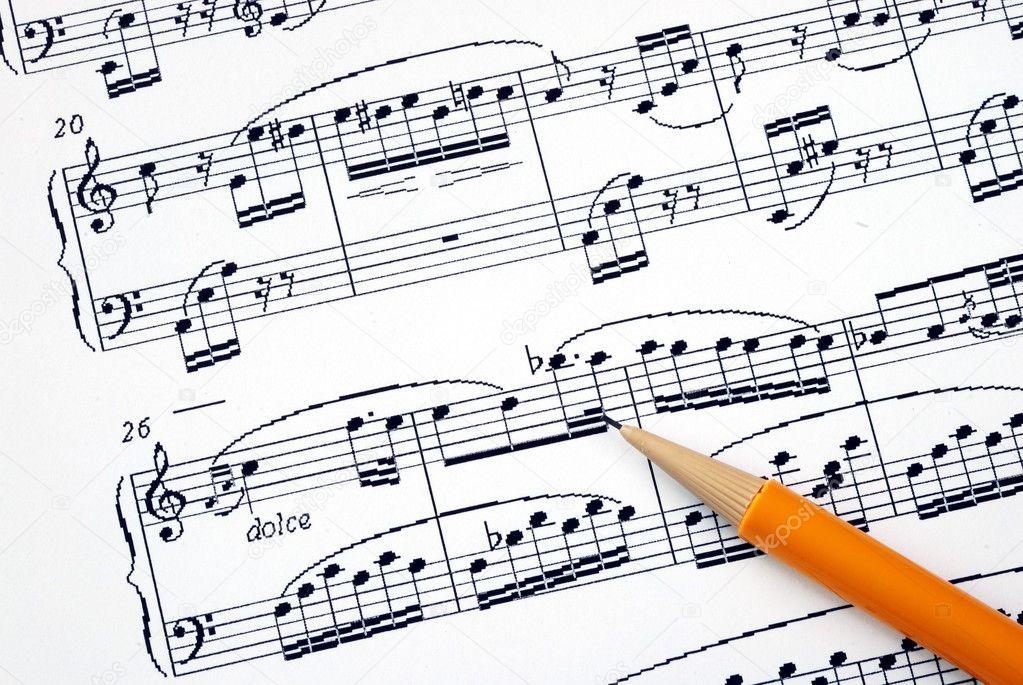 componer la canción en una hoja de música con un lápiz — Fotos de ...