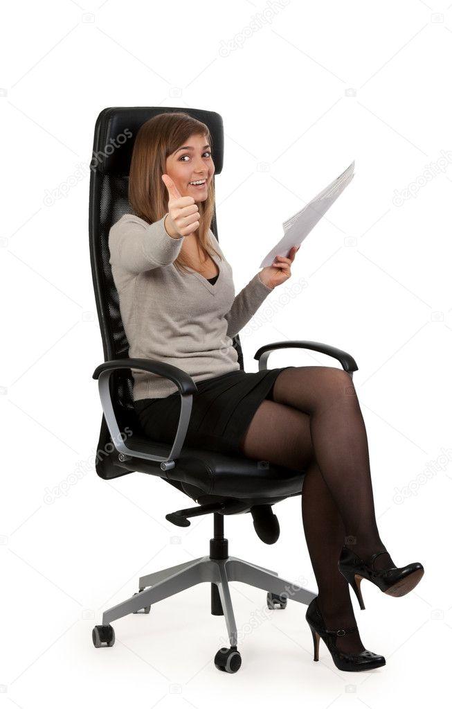 Девушка на офисном кресле фото 280-237
