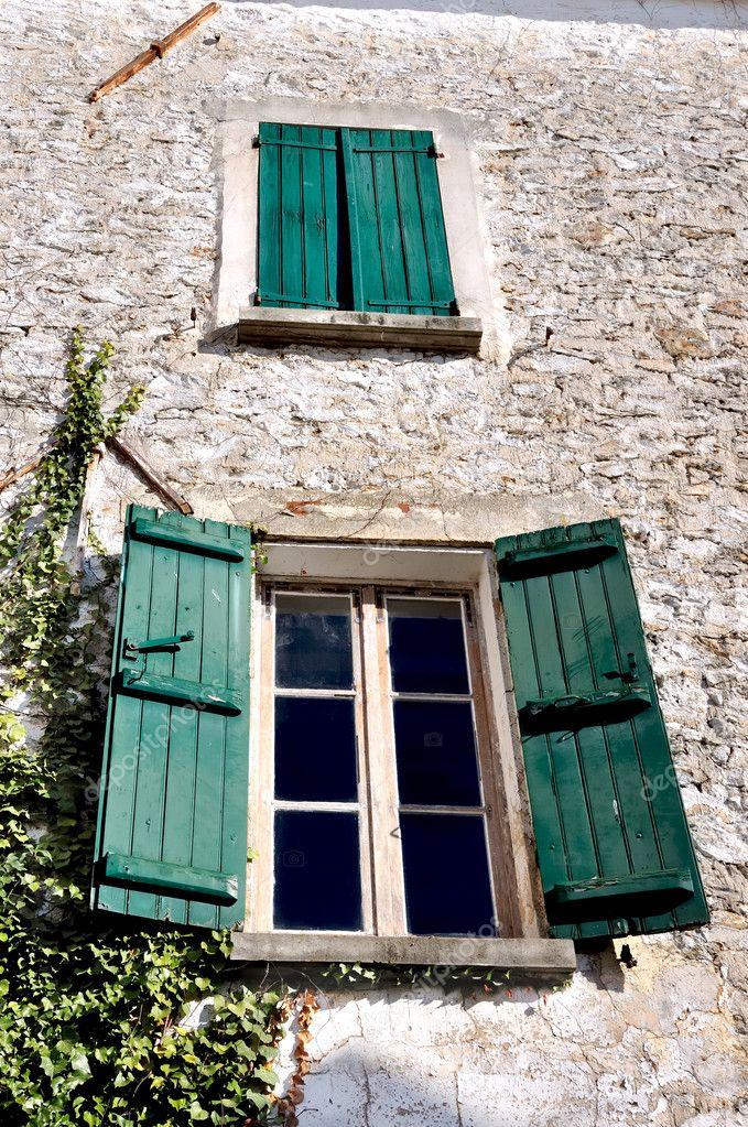 Antica facciata con finestre con persiane verdi foto stock sanddebeautheil 5521853 - Finestre con persiane ...