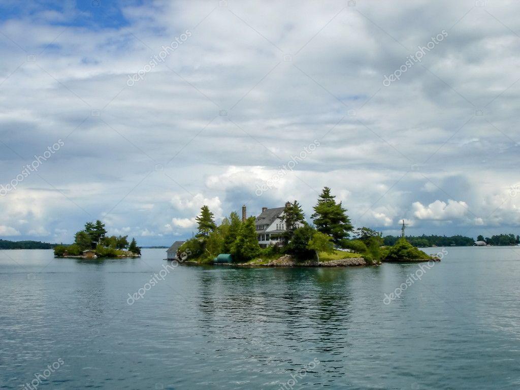 Isola con una casa sul lago ontario canada foto stock for Piani di casa sul lago per lotti ripidi