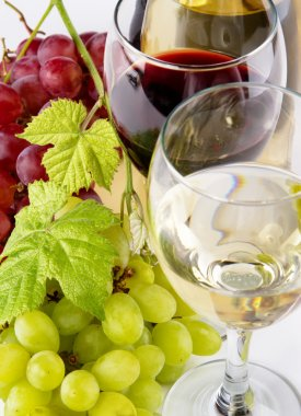 Red and white wine, with bunches of grapes