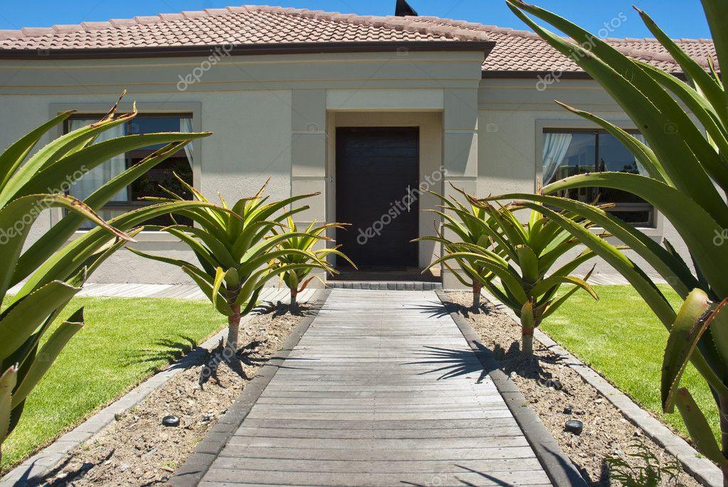 Passerelle Et Porte D'Entrée D'Une Maison — Photographie