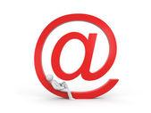 osoba se opírá o symbolu e-mailu