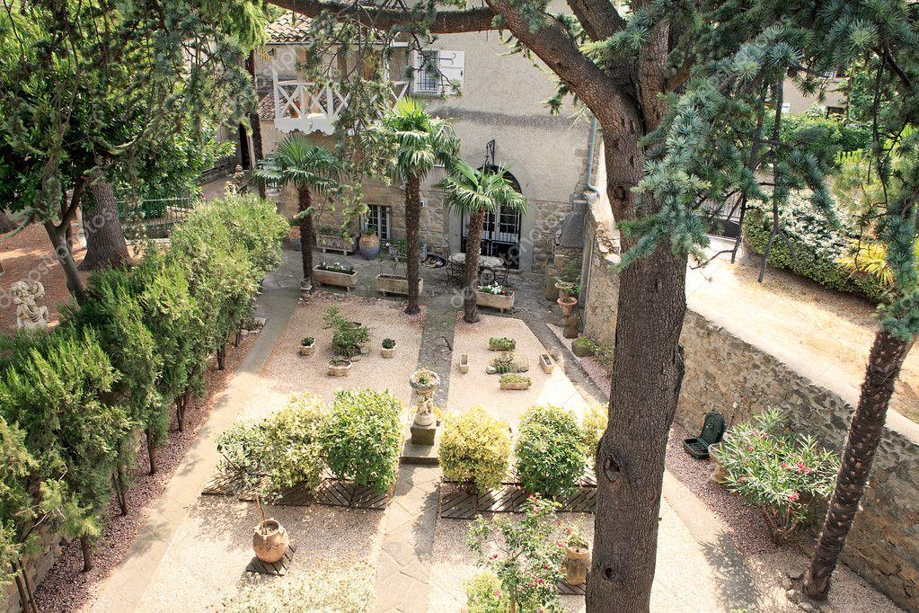 Typisch franse tuin stockfoto sannie32 5636012 for Franse tuin
