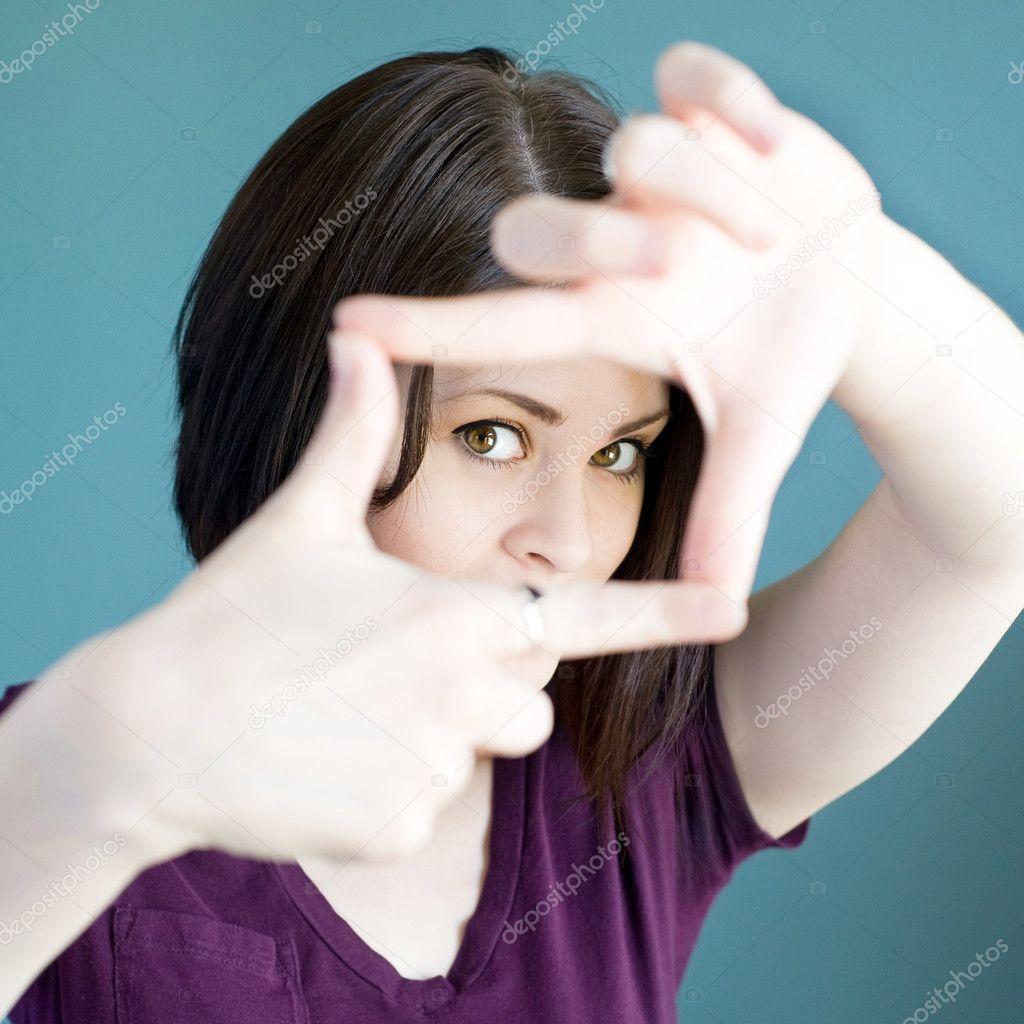 Frau Finger Rahmen um ihr Gesicht zu machen — Stockfoto © j0ycem ...