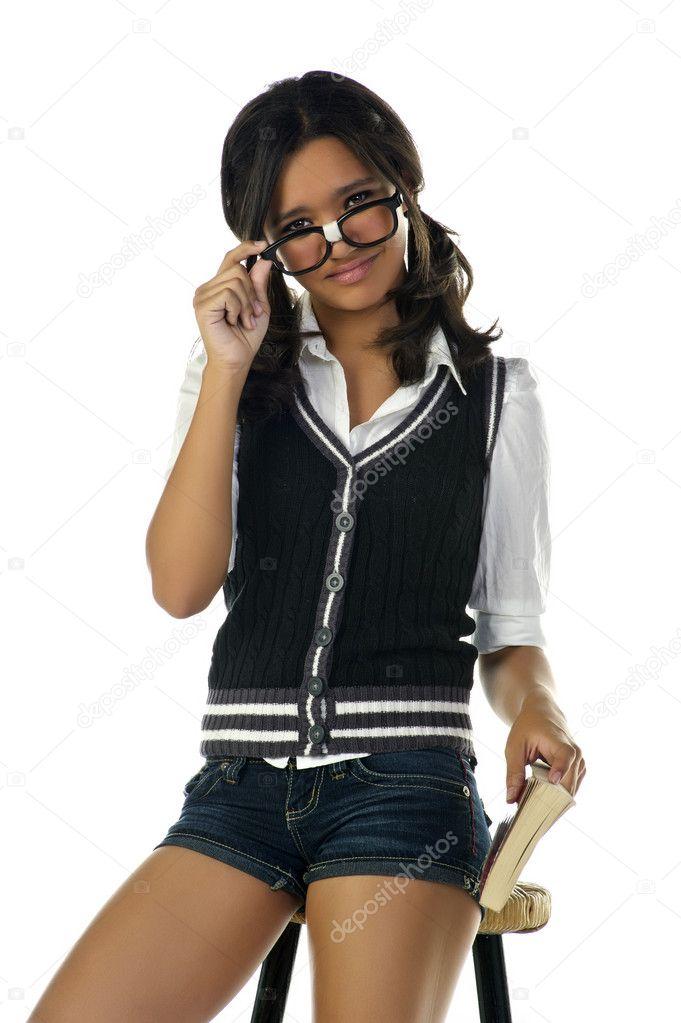 Nerd meisje, Kleur: wit, rood en groen, Materiaal: 100% polyester, Inclusief: bloesje, rok en stropdas, Thema: carnavalskleding, verkleedkleding, studenten.