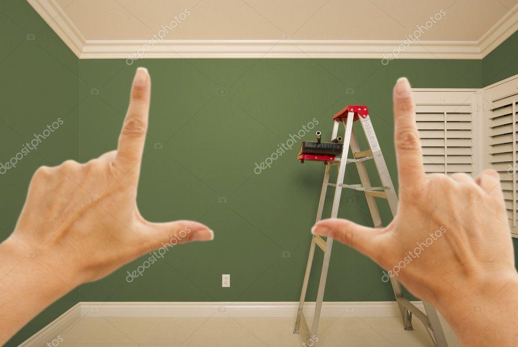 manos enmarcando interior pared pintada verde — Fotos de Stock ...