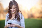 Fotografie Frau schreibt SMS