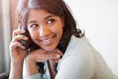 asiatische Studentin am Telefon