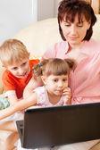 Fotografie Mutter mit Kindern auf einem laptop