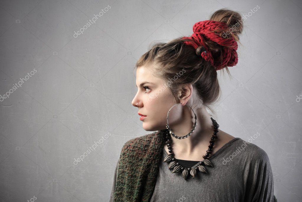 5570f6e92259 Giovane e bella donna in abbigliamento alternativo — Foto di ...
