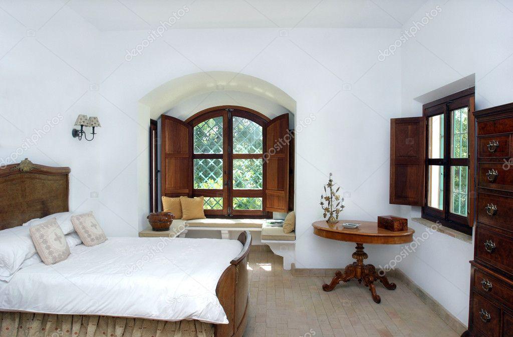 Rustico, bianco, luminoso interno della camera da letto in ...