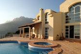 beeindruckende äußere des Luxus-Villa und Pool in Spanien