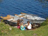ragazzine giocando vicino barche
