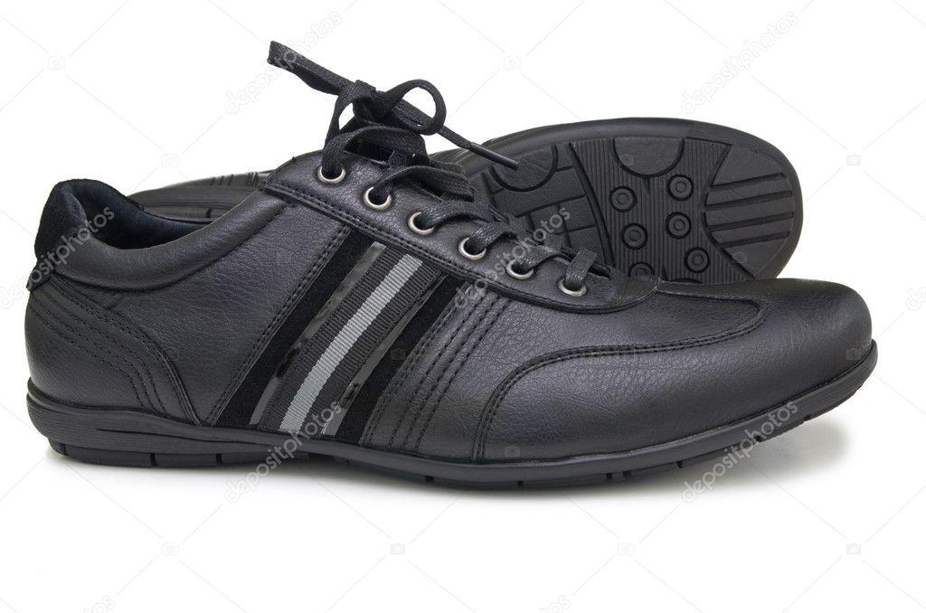 1090588eede Ένα ζευγάρι αθλητικά παπούτσια μαύρο δέρμα. απομονώνονται σε λευκό φόντο — Εικόνα  από ...