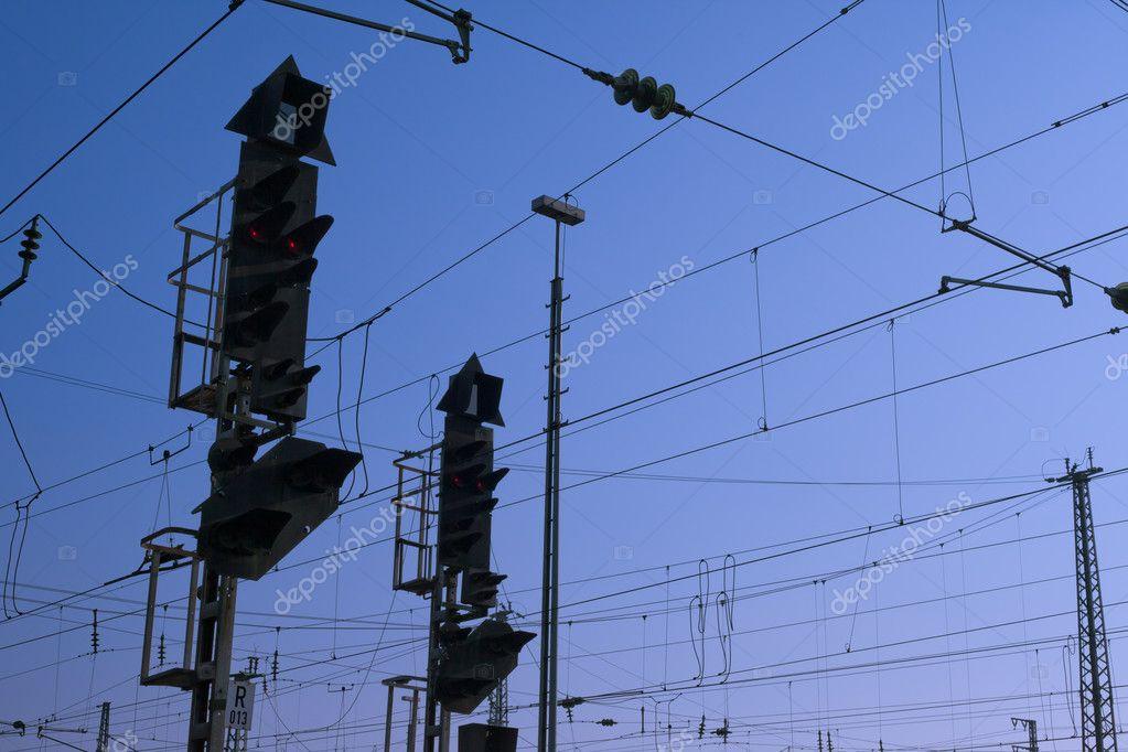 Eisenbahn-Signal und obenliegende Verdrahtung — Stockfoto © PiLens ...