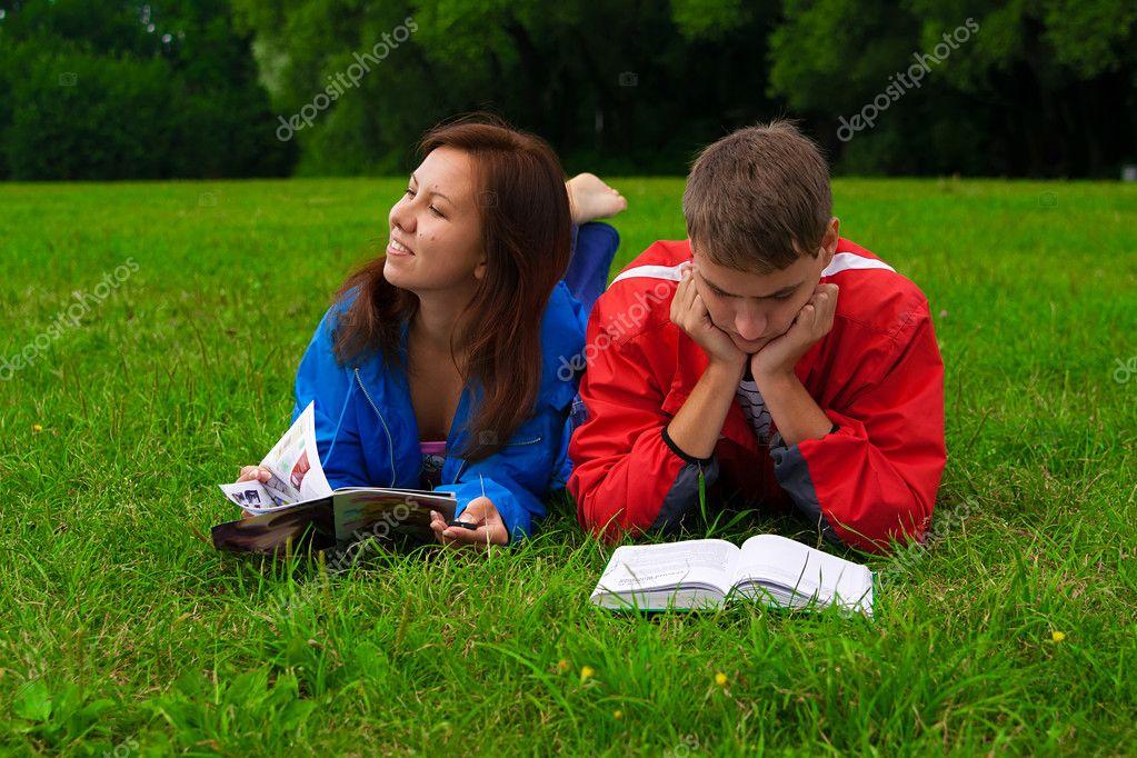 Dos Adolescentes Estudiando Al Aire Libre En Pasto