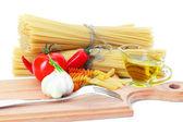 těstoviny na stole a ingredience ze zeleniny