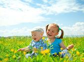 Fotografia due bambini si divertono sul prato verde