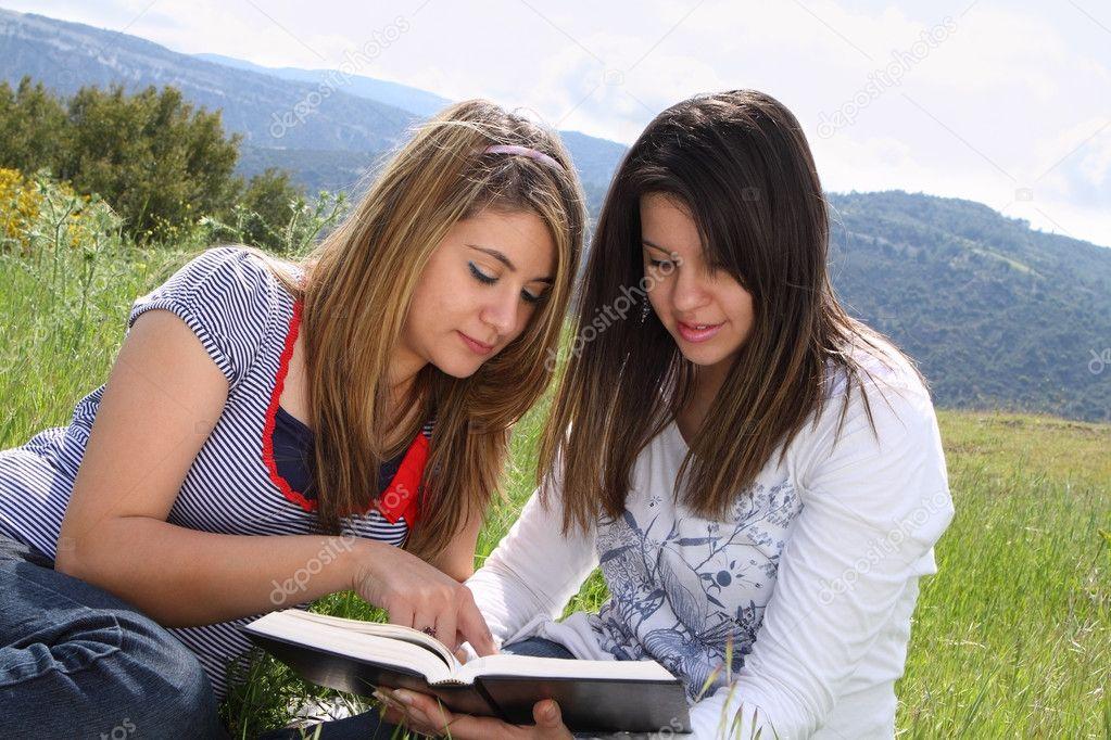 2 Girls Reading Together Stock Image