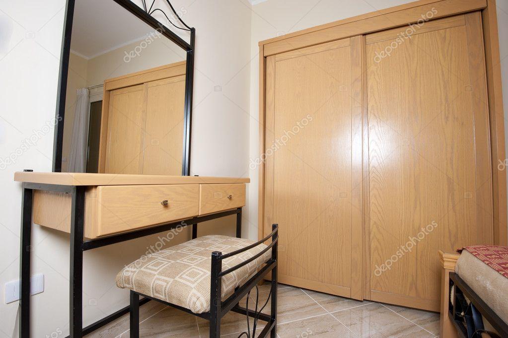 specchiera e armadio in camera da letto — Foto Stock © paulvinten ...