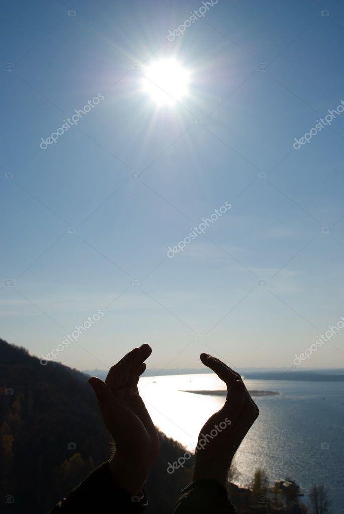 фото человека держащего солнце секрет поделитесь