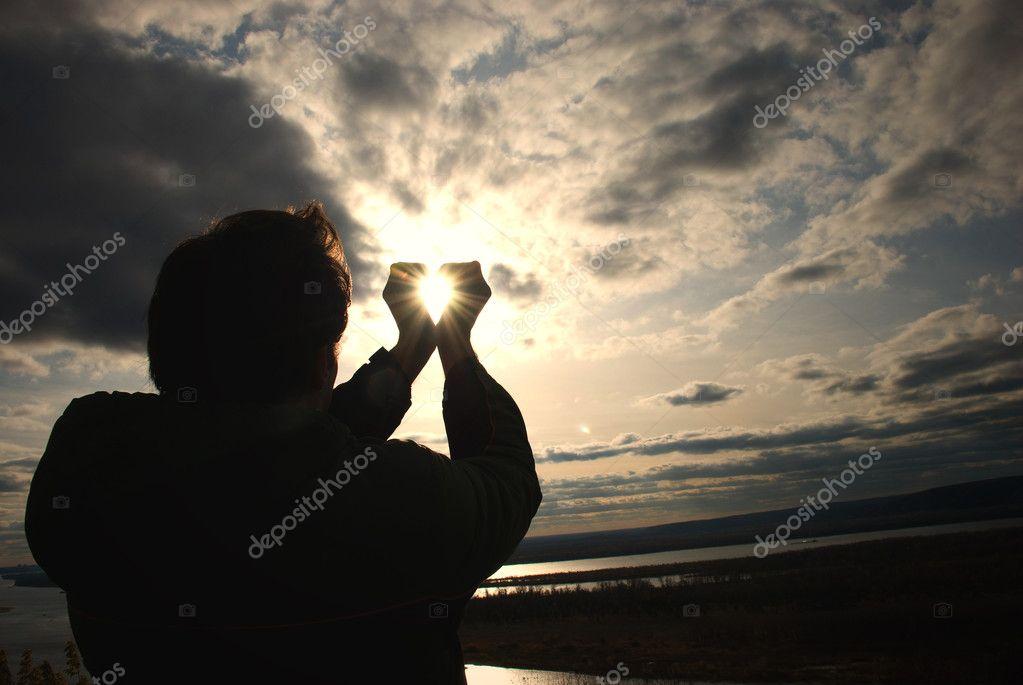этой фото человека держащего солнце секрет этом все