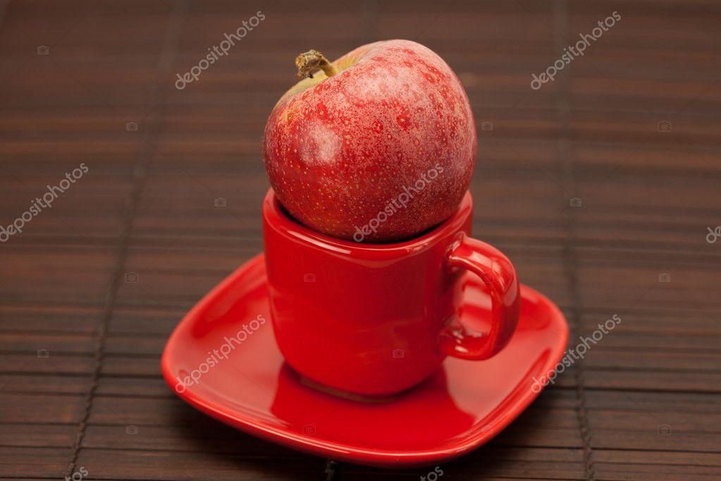 taza, plato y manzanas en una estera de bambú — Foto de stock ...